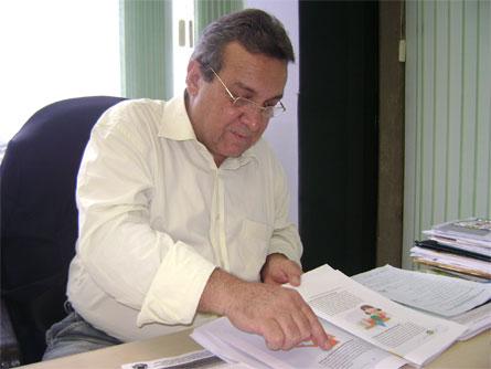 Presidente do Conselho, Genilto Nogueira, com a cartilha dos Direitos Humanos